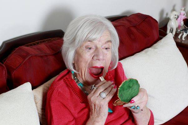 старушка бреет фото